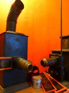 Ateliers de projections à la lanterne magique, photographie de deux lanternes magiques d'époque.